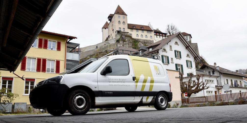 Firmenauto vor Schlosskulisse