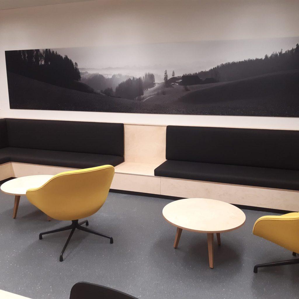 Sitzbank mit Stühlen in Lehrerzimmer