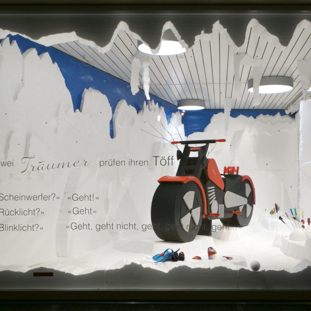 Harley aus Holz im Schnee