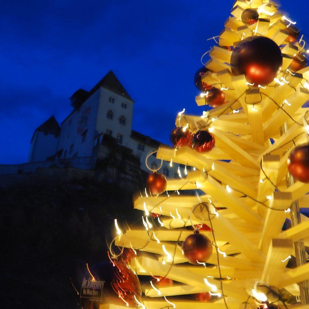 Tannenbaum aus Holzlatten geschmückt mit Schloss