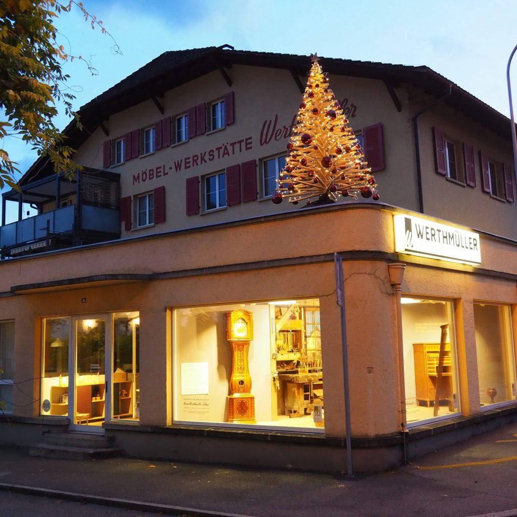 Tannenbaum mit Schaufenster