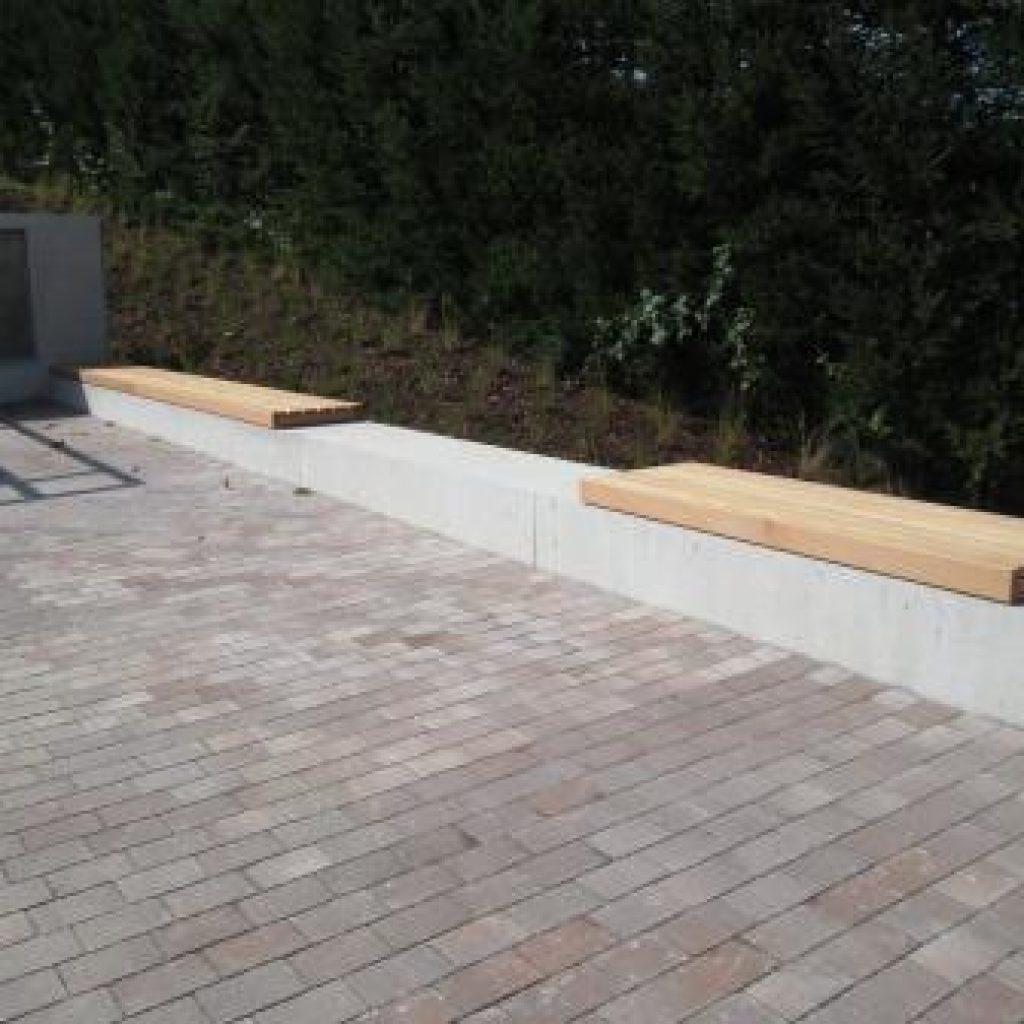 Holzbank Latten auf Beton