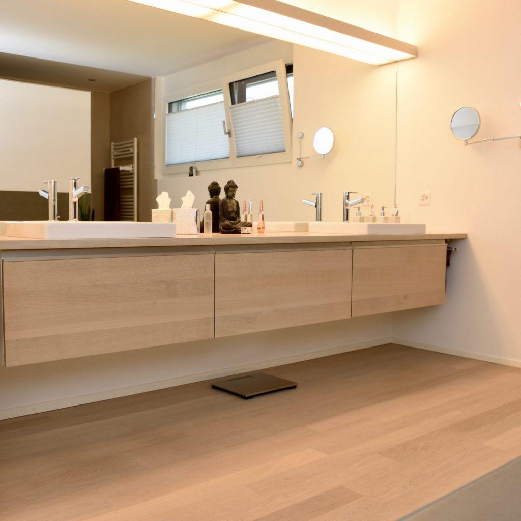 Badezimmermöbel Holzfront und Abdeckung