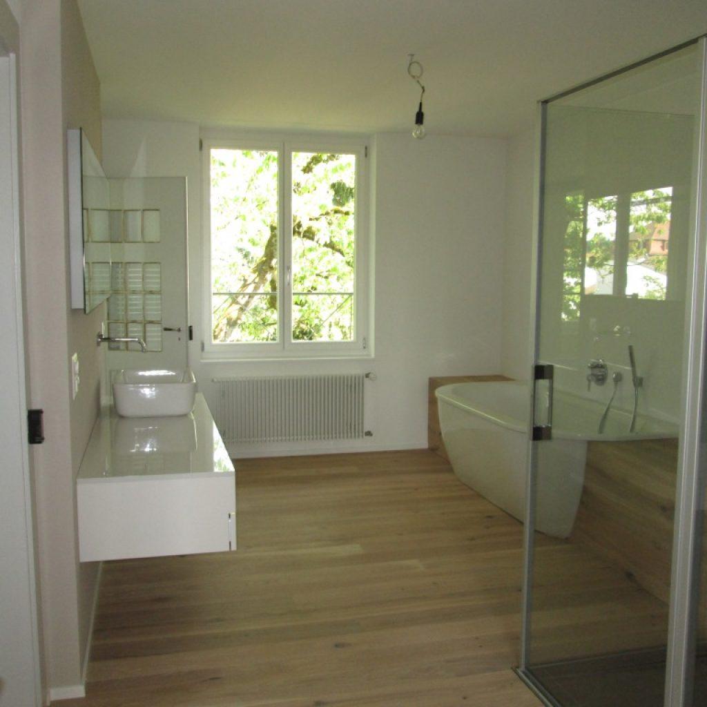 Badezimmer mit Parkett