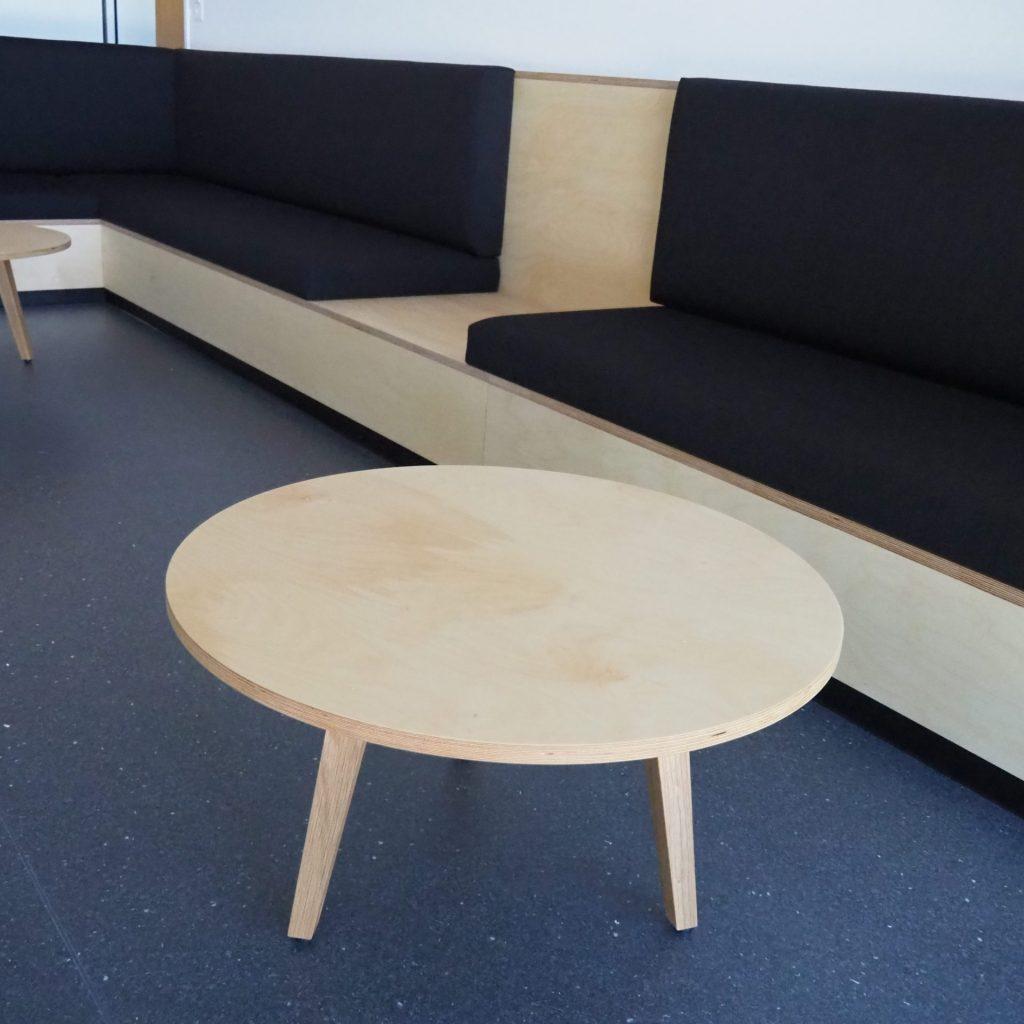Sitzbank mit rundem Tisch