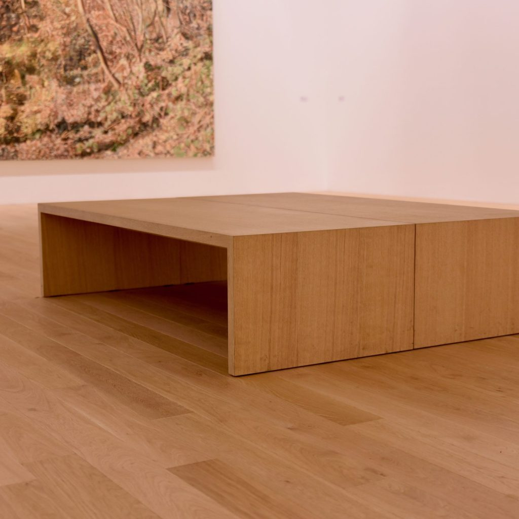Sitzbank aus Holz im Museum
