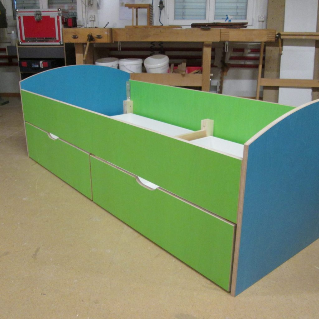 Kinderbett hellblau grün
