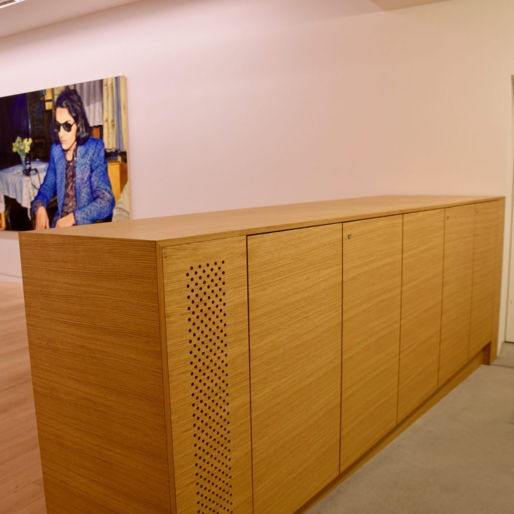 Sideboard aus Holz mit Lüftung Museum