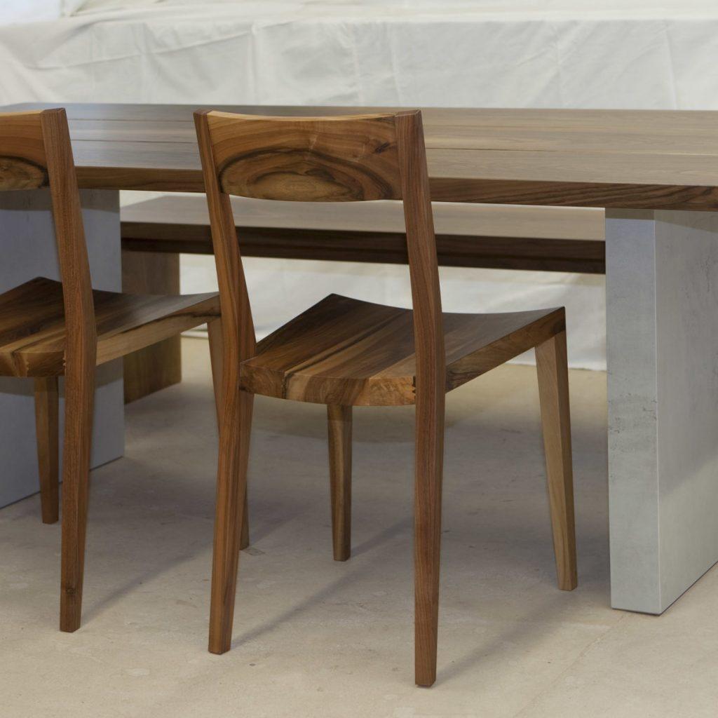 Holztisch mit Bank und Stühlen