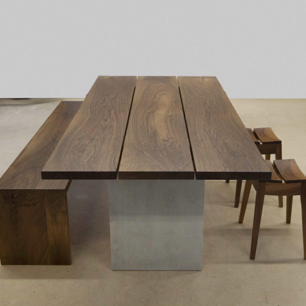 Holztisch mit Bank und Hocker
