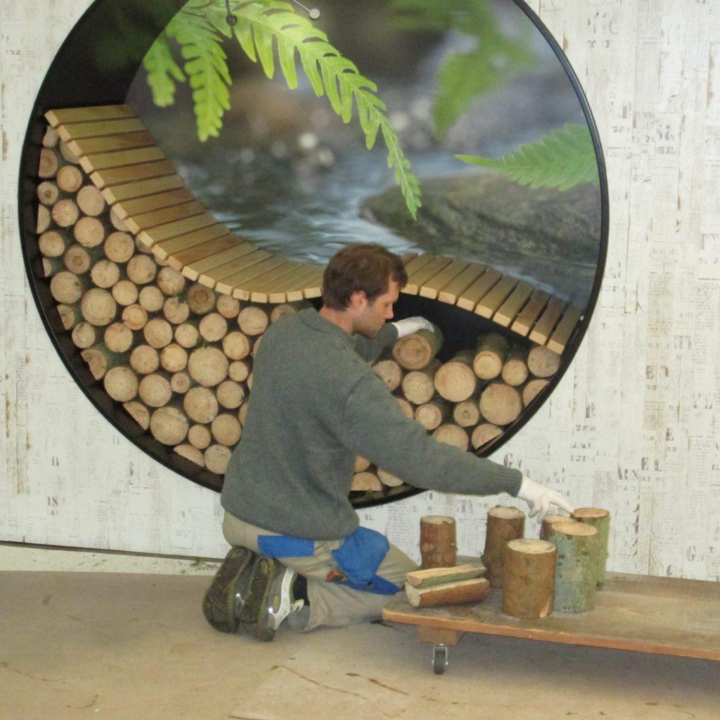 Holzrugel einfüllen in Holzkreis-Liege
