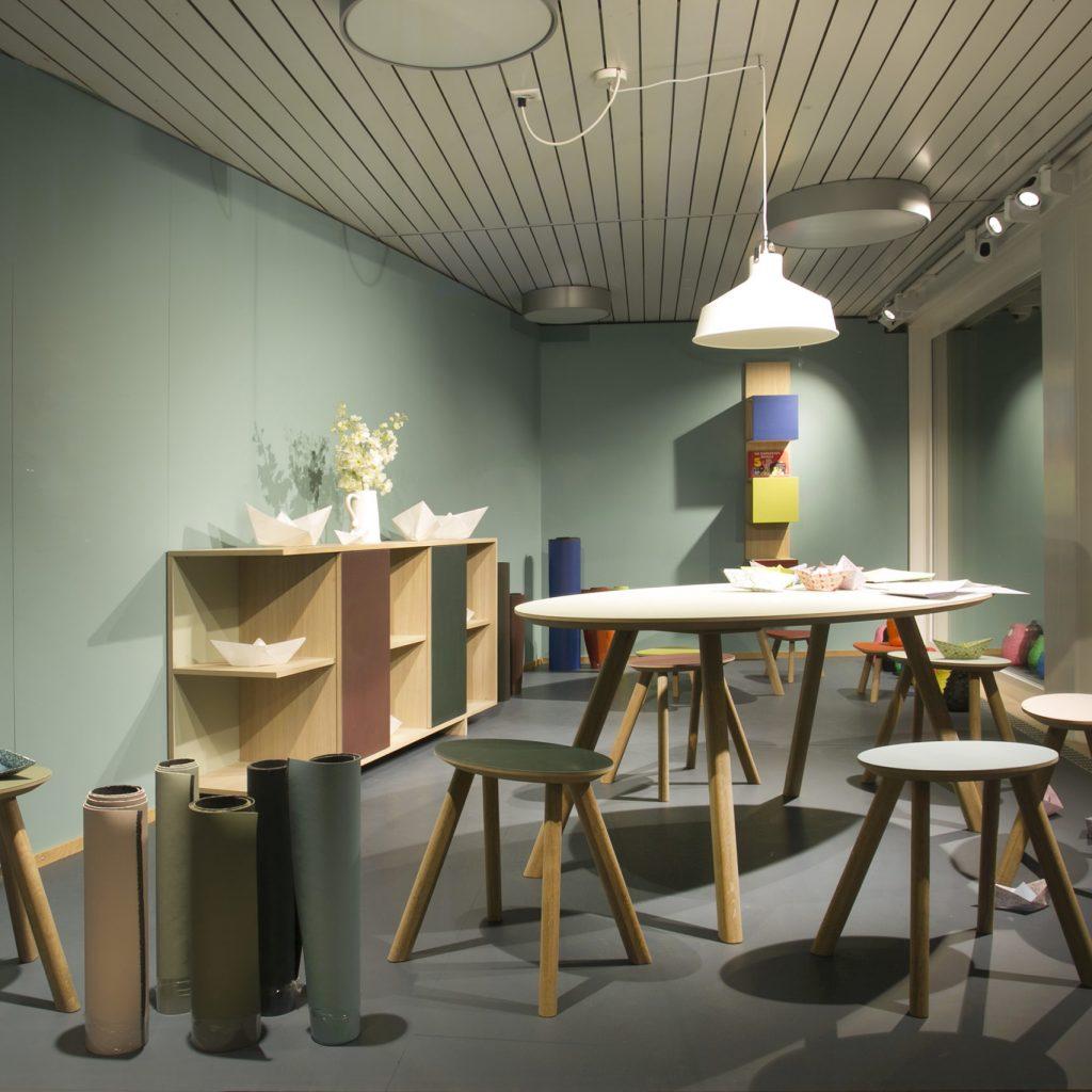 Tisch und Hocker mit Linoleum