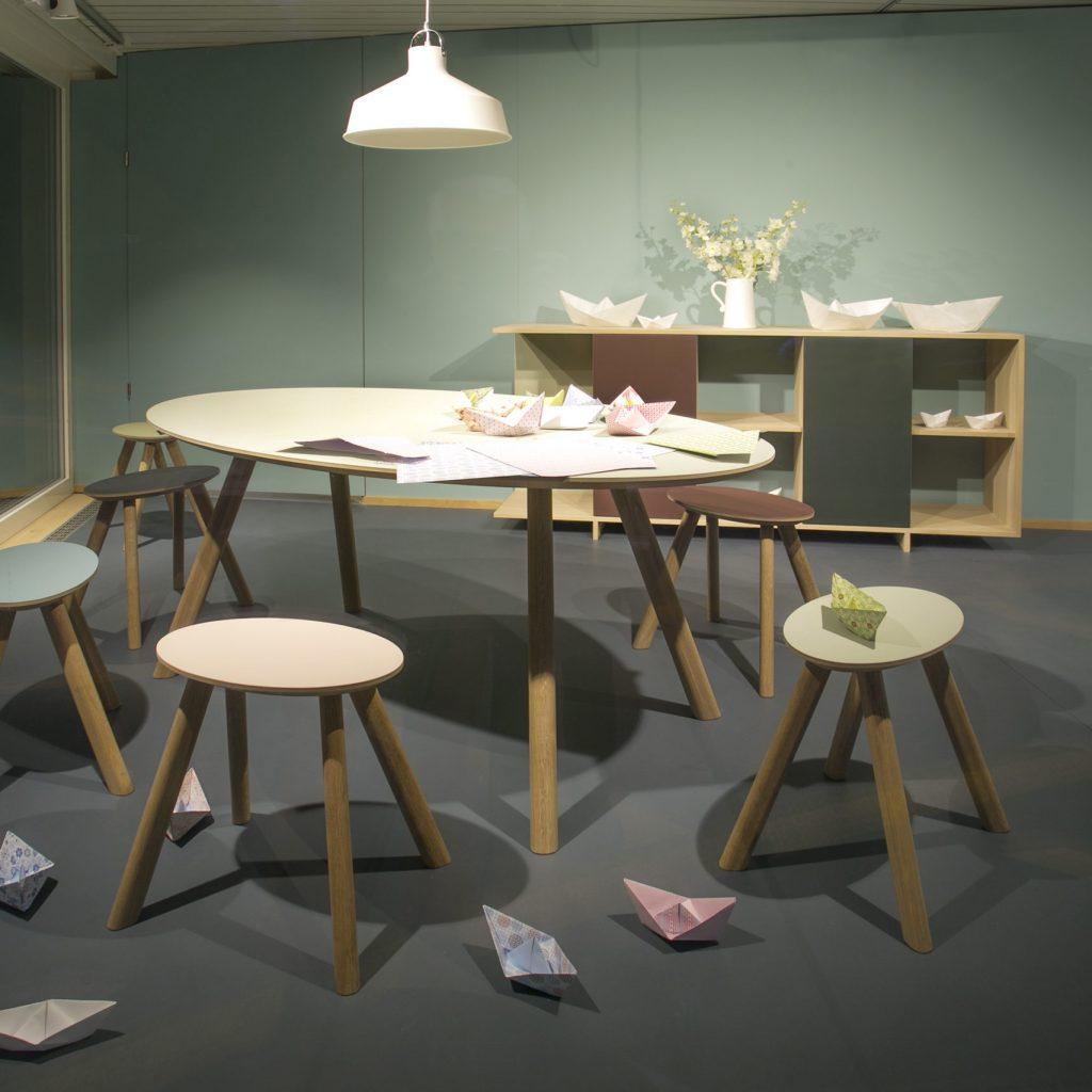 Tisch und Kocker mit Linoleum