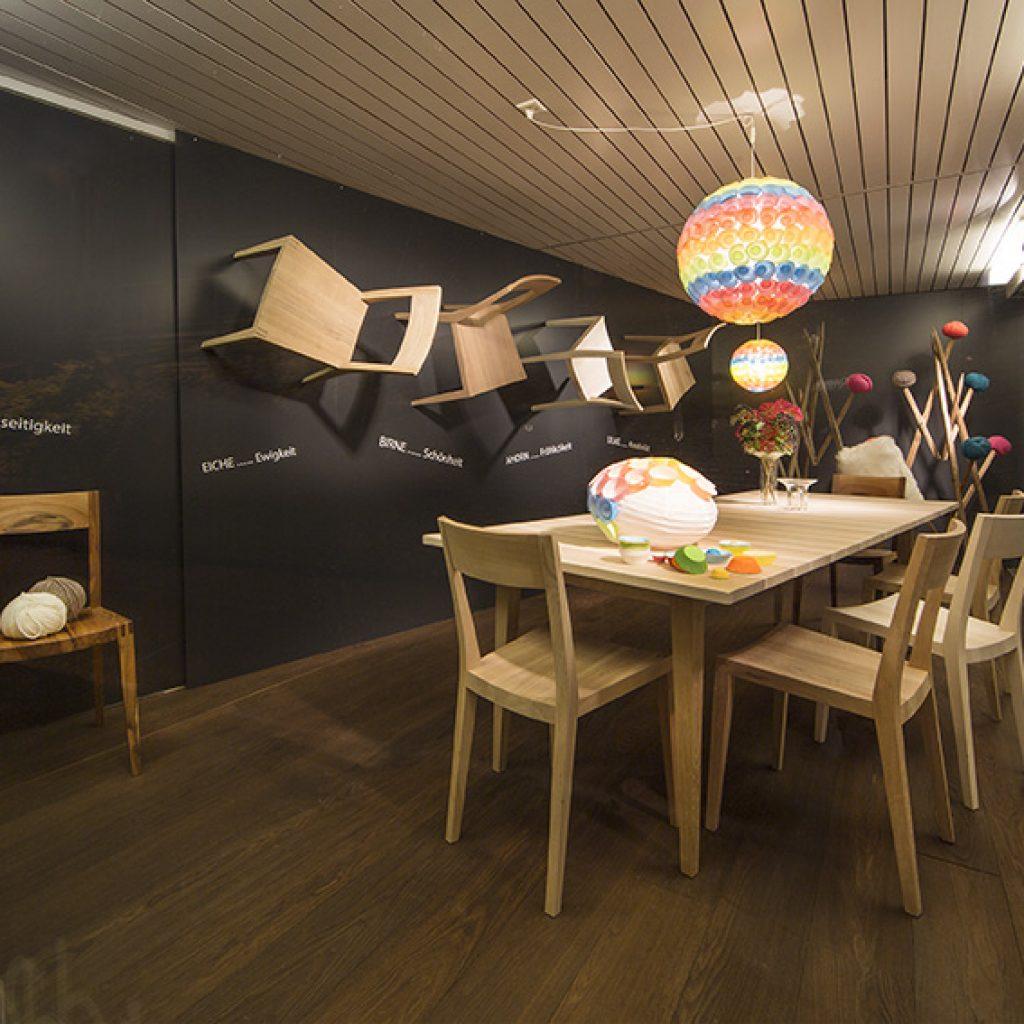 Holztisch mit Holzstühlen